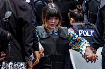 Vietnamese suspect Doan Thi Huong (C) is escorted by police personnel at KLIA 2 in Sepang during a visit to the scene of the murder as part of the Shah Alam High Court trial process on October 24, 2017, for her alleged role in the assassination of Kim Jong-Nam. - The Malaysian Insight pic by Seth Akmal, October 24, 2017.
